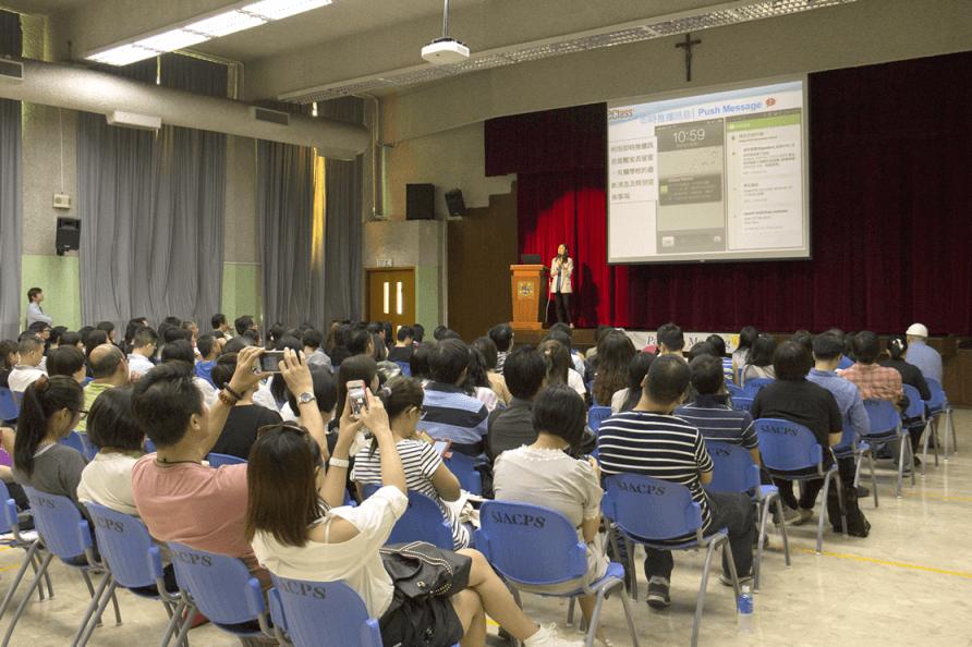 該校會定期舉辦家長會及教師培訓課程,協助家校儘早適應使用App。